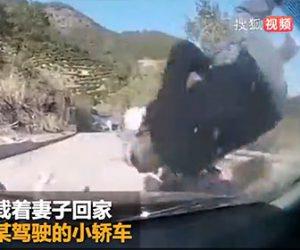 【動画】2人乗りスクーターが猛スピードで車と正面衝突してしまう衝撃事故映像