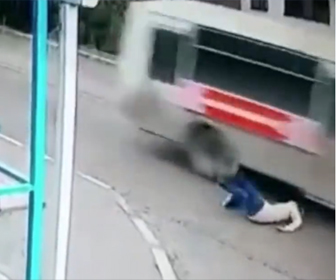 【動画】女性が歩道の段差で車道に転倒してしまい猛スピードのバスが…