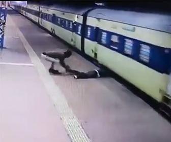 【動画】駅のホームで走る電車に乗り込もうとした男性に悲劇が…