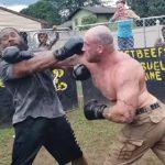 【動画】黒人ギャング VS ムキムキ白人男 強烈なパンチで衝撃ノックアウト