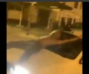 【動画】酔っぱらった男が車道に小便をし、車のボンネットに飛び乗るが…衝撃の結末