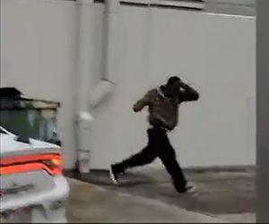 【動画】ナイフを持って逃走するカージャック犯が警察官に追い詰められナイフで襲いかかるが…