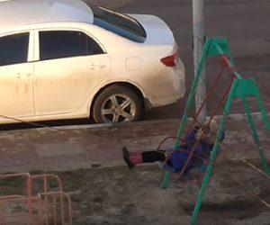【動画】忙しい親が4階からブランコを紐で引いて遊ぶ衝撃映像
