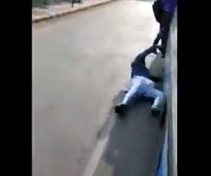 【動画】満員のバス車内に乗れず外にしがみ付く男性が落下してしまう衝撃映像