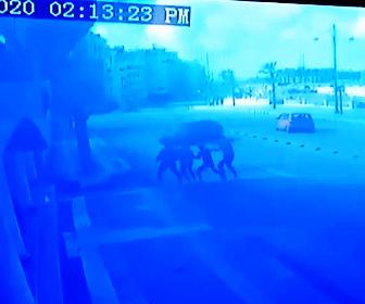 【閲覧注意動画】道を歩く4人にスピード違反の車が突っ込んで行く恐ろしい事故