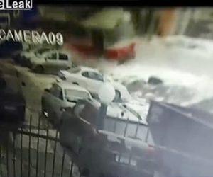 【動画】路面電車が脱線。電車が駐車場に突っ込む衝撃事故映像