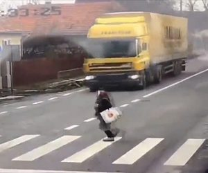 【閲覧注意動画】左右を見ないで横断歩道を走って渡る女性がに悲劇が…