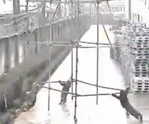 【閲覧注意動画】雨の中、足場を押して運ぶが電線に触れてしまい作業員が感電してしまう衝撃映像