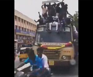 【動画】大勢が屋根の上に乗るバスの前でバイクが急ブレーキをかけてしまい…