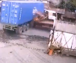 【動画】道に出ようとした大型トラックに猛スピードのトラックにが突っ込んでしまう衝撃事故映像