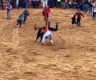 【動画】闘牛で調子に乗った20歳男性が暴れ牛に近づき過ぎ…