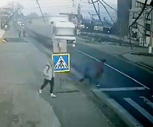 【動画】左右を確認せず母親と子供が道を渡ろうとし猛スピードの大型トラックにはね飛ばされてしまう衝撃映像