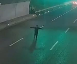 【動画】車道に飛び出し車の進路を邪魔しまくる男がヤバすぎる衝撃映像