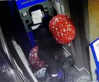 【動画】強盗が風船に入れたガスでATMを爆破する衝撃映像