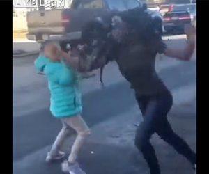 【動画】女2人が車道で激しい殴り合い。止めに入った少女にも殴りかかる衝撃映像