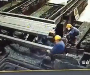【動画】工場で流れてきた鉄の棒に作業員が押し潰されてしまう衝撃映像