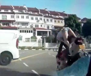 【動画】彼女と2人乗りするバイクが急ブレーキをかけ彼女の体が…