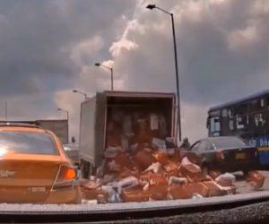 【動画】荷物を積みすぎたトラックが走行中に後ろに傾いて荷台の扉が開き…