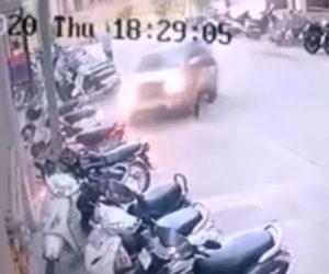 【動画】道を歩く男性にコントロールを失った車が突っ込んで来る衝撃映像