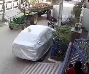 【動画】トラクターが住宅街で暴走。車やバイクに激突していく衝撃映像