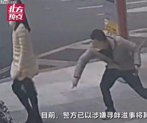 【動画】中国で女性に唾をかけまくる男が警察に逮捕される衝撃映像