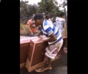 【動画】事故で横転した大型トラックの荷台からテレビを持ち去ってしまう住民達