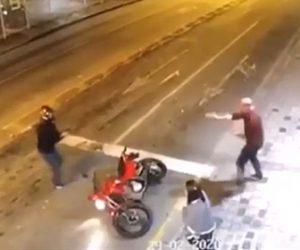 【動画】武装強盗が歩道を歩くカップルを襲うが男性が警察官で…