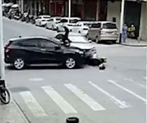 【動画】交差点の真ん中で2台の車と1台のバイクが激突してしまう衝撃事故映像