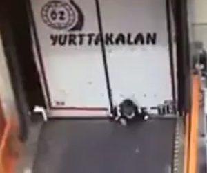 【動画】バックする大型トラックに気付かず作業員が壁に挟まれてしまう衝撃映像