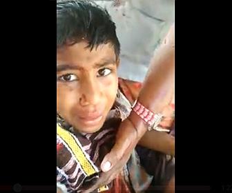 【閲覧注意動画】スクールバスの窓から手を出していた少年に悲劇が…