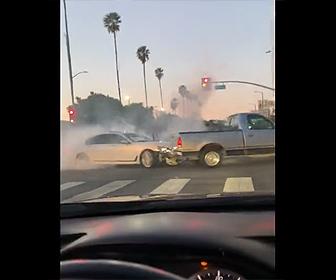 【動画】ロードレイジで怒ったBMWが交差点でピックアップトラックに突っ込んで行く衝撃映像