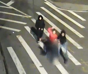 【動画】横断歩道を歩く61歳男性が若者達に後ろから襲われお金を奪われる衝撃映像