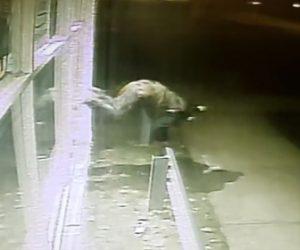 【動画】夜中に閉店した店に侵入しようとする強盗。窓ガラスを割ろうとするが…