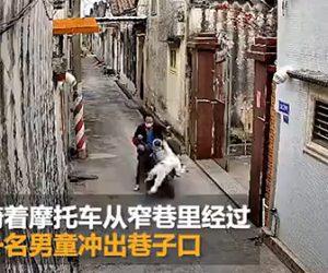 【動画】細い道を猛スピードで走るバイクが飛び出てきた男の子をはね飛ばし走り去ってしまう衝撃映像