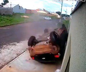 【動画】家族が乗った車が交差点で車に接触に激しく横転してしまう衝撃事故映像