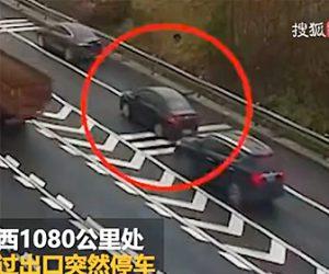 【動画】高速道路の分岐点で停車してしまった車に後続のトラックが突っ込んでしまう衝撃事故映像