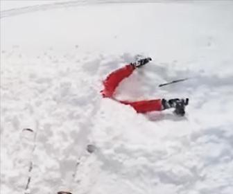 【動画】スキー場で頭から雪にハマって動けない若い女性を助ける衝撃映像