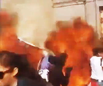 【動画】メキシコでデモ隊と機動隊が激突。投げたスプレー缶が爆発、巨大な炎が上がり服に燃え移ってしまう衝撃映像