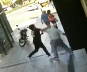 【動画】おじいさんVS若者 歩道でおじいさんを殴る若者に怒った男性が…