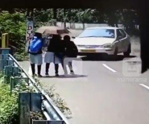 【閲覧注意動画】猛スピードの車がコントロールを失い通学中の女子高生達に突っ込んで行く衝撃事故映像