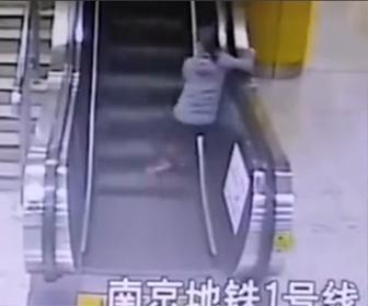 【動画】お婆さんがエスカレーターにうまく乗れず転倒してしまう衝撃映像