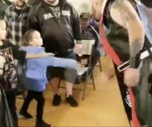 【動画】プロレスの試合でレスラーが子供に唾を吐きかけ怒った父親が…