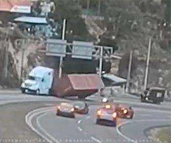【動画】トレーラーがカーブを曲がるが荷台のコンテナが外れ落下。横を走る車を押し潰してしまう