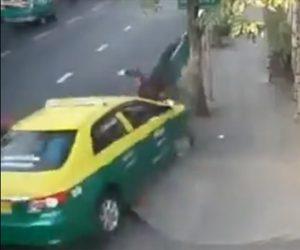 【動画】交通誘導する警察官に車が突っ込んでくる衝撃事故映像