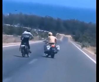 【動画】バイクで逃げるギャング VS バイクで追いかける警察官