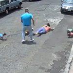 【動画】女性が散歩するブルドッグが小型犬に噛み付こうとした瞬間、小型犬飼い主の男が衝撃の行動