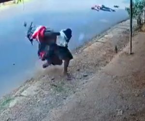 【動画】事故で飛ばされたバイクが道を歩く男性に突っ込んで来る衝撃映像