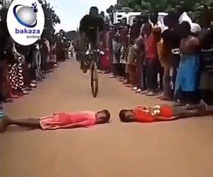 【動画】少年2人が寝ている間を猛スピードの自転車が通る自転車スタントが凄い
