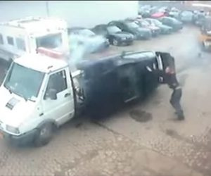 【動画】トラックの荷台に車を乗せようとするが失敗し…