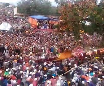 【動画】世界一過激なインドの祭り、ホーリー祭で巨大な柱が群衆に倒れてしまう衝撃映像